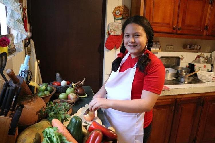 Emily, en la cocina de sus abuelos maternos donde cada domingo prepara diferentes platillos (Foto Prensa Libre: María José Longo).