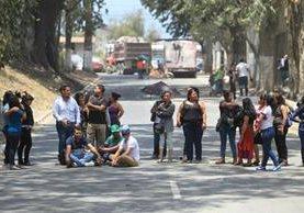 Trabajadores de recicladora de plástico protestan para exigir autorización para la reconstrucción. (Foto Prensa Libre: Esbin García)