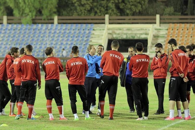 Los jugadores de la selección nacional de futbol de Siria durante una sesión de entrenamiento en Damasco, como preparación de la Copa Asiática 2019. (Foto Prensa Libre: EFE)