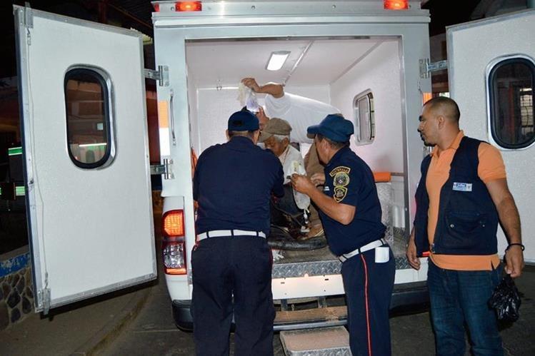 Los heridos son trasladados al hospital regional de Zacapa, luego de que fueran atacados con machete, en La Unión, Zacapa. (Foto Prensa Libre: Víctor Gómez)