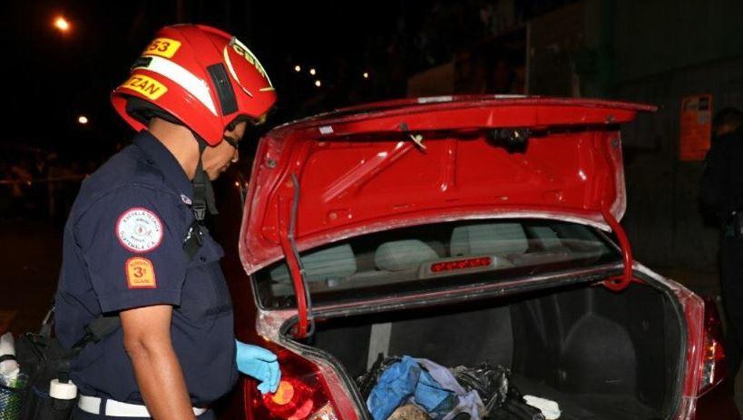 Hallan restos humanos en baúl de vehículo en calzada San Juan, zona 7. Foto Prensa Libre: Bomberos Municipales.