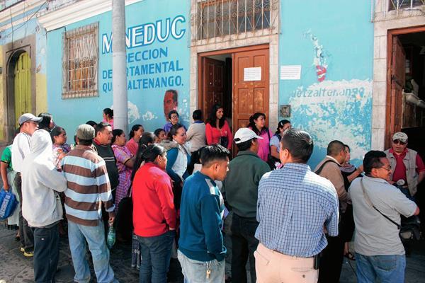 Padres de familia  protestan frente a la Dideduc, para exigir la contratación de un maestro. (Foto Prensa Libre: Carlos Ventura)
