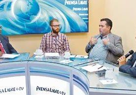 Carlos CAno y Mauricio Chaulón —al centro— analizan los pros y contras del voto nulo, junto a los periodistas Manuel Hernández y Álex Rojas, en el programa Decisión Libre.
