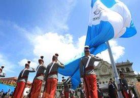 Rinden honores al símbolo nacional en la Plaza de la Constitución.