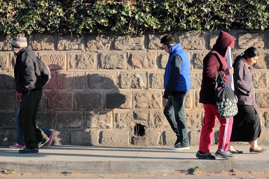Peatones caminan en una de las calles de la cabecera de Quetzaltenango. (Foto Prensa Libre: Carlos Ventura).