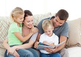 Los niños disfrutan de la lectura en compañía y orientación de los padres
