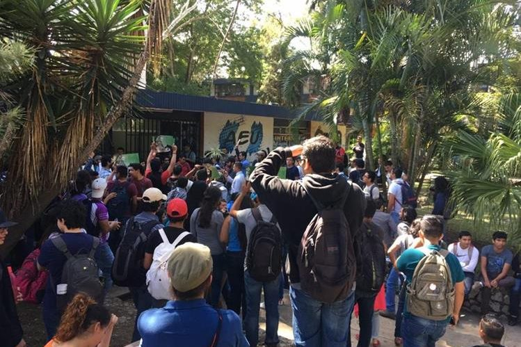 Estudiantes de las distintas facultades y escuelas de la Universidad de San Carlos protestan frente a la sede de la AEU para exigir elecciones. (Foto Prensa Libre: @UsacEsPueblo)