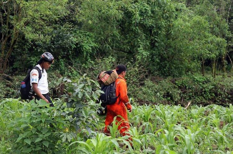 Socorristas caminan entre el bosque. Foto Prensa Libre: Renato Melgar.
