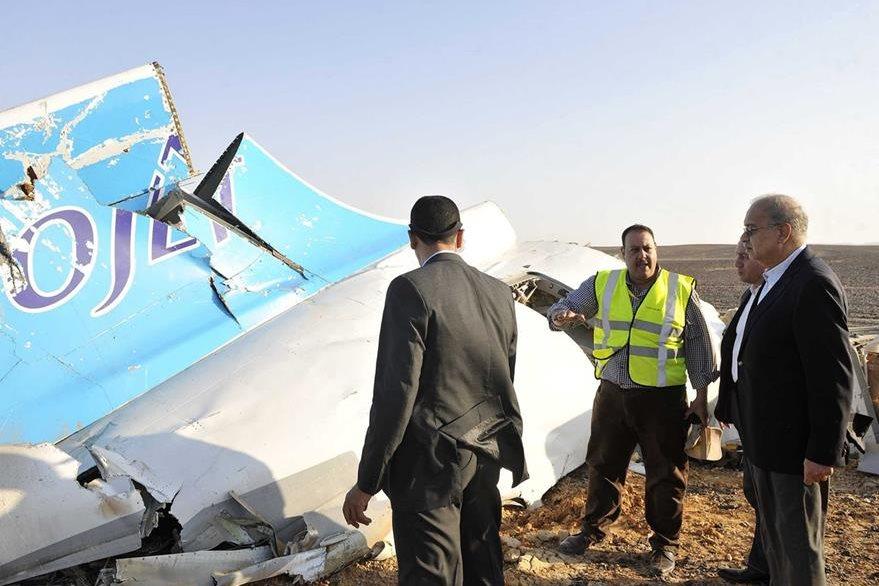 Autoridades egipcias en el sitio de la tragedia aérea en una zona montañosa de la península del Sinaí. (Foto Prensa Libre:AFP)