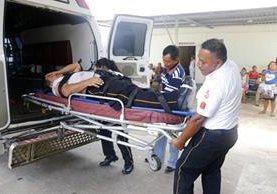 El bombero voluntario Luis Marroquín es ingresado a la emergencia del Seguro Social de Retalhuleu. (Foto Prensa Libre: Rolando Miranda)