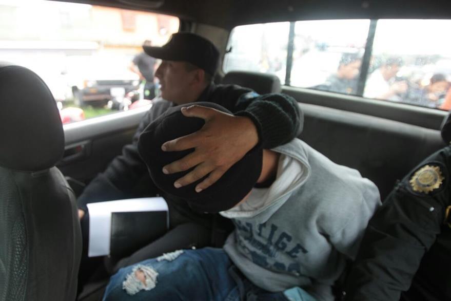 Un adolescente de 15 años fue capturado minutos después de presuntamente disparar en contra de un comerciante en el mercado San Martín, zona 6. (Foto Prensa Libre: Érick Ávila)