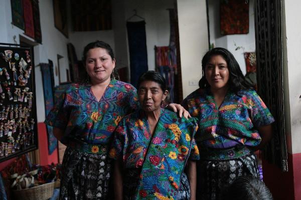 Alida Pérez, fundadora del museo (centro) junto a sus dos hijas.