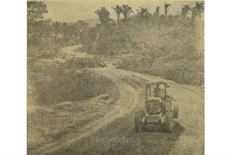 Maquinaria y construcción de varios puentes en la carretera al Atlántico, el 3/7/1957. (Foto: Hemeroteca PL)