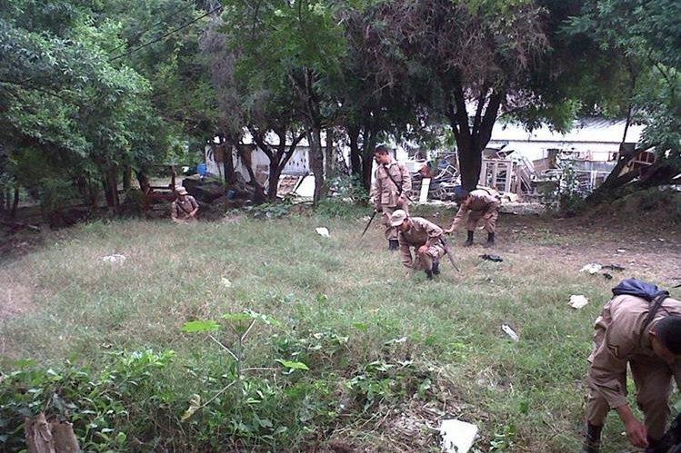 Jóvenes limpian áreas de los alrededores del Hospital Regional de Cuilapa, Santa Rosa. (Foto Prensa Libre: Oswaldo Cardona).