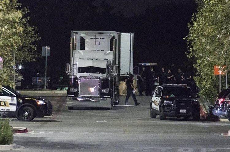 Efectivos de la Policía investigan un camión que se encontró con 38 inmigrantes ilegales en San Antonio, Texas, EE. UU.(Foto Prensa Libre:EFE).