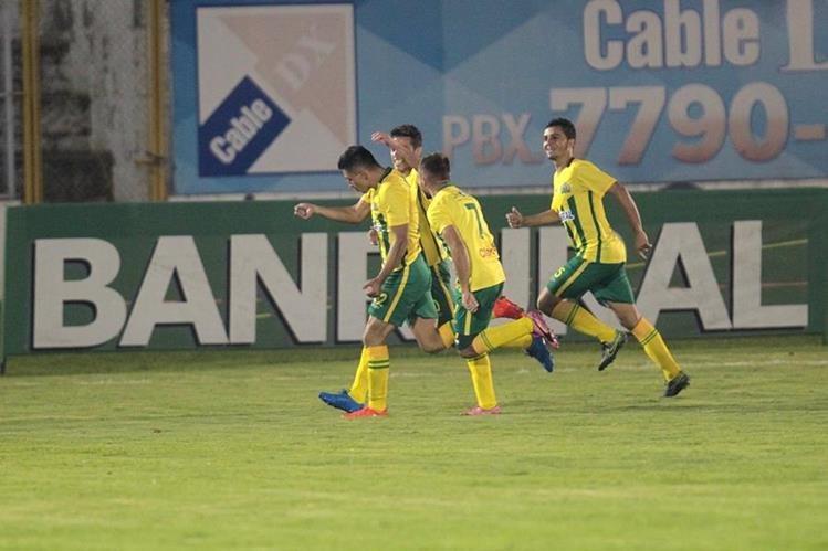Los jugadores de Guastatoya festejan luego de la anotación de Nixson Flores. (Foto Prensa Libre: Norvin Mendoza)
