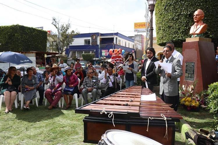 Huehuetecos rinden homenaje al cantor del paisaje, el compositor José Ernesto Monzón. (Foto Prensa Libre: Mike Castillo)