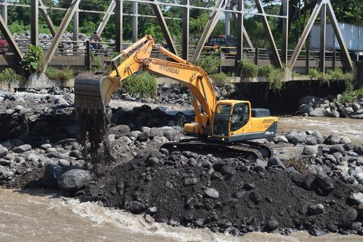 Máquina draga parte del río Samalá, en Retalhuleu. (Foto Prensa Libre: Jorge Tizol)