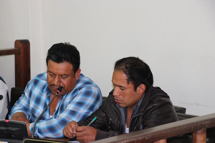 Los hermanos Itzep conversan durante audiencia en el Tribunal de Sentencia Penal de Santa Cruz del Quiché. (Foto Prensa Libre: Héctor Cordero)