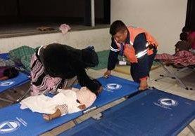 Personal de Conred brinda atención a personas evacuadas en Suchitepéquez. (Foto Prensa Libre: Conred)