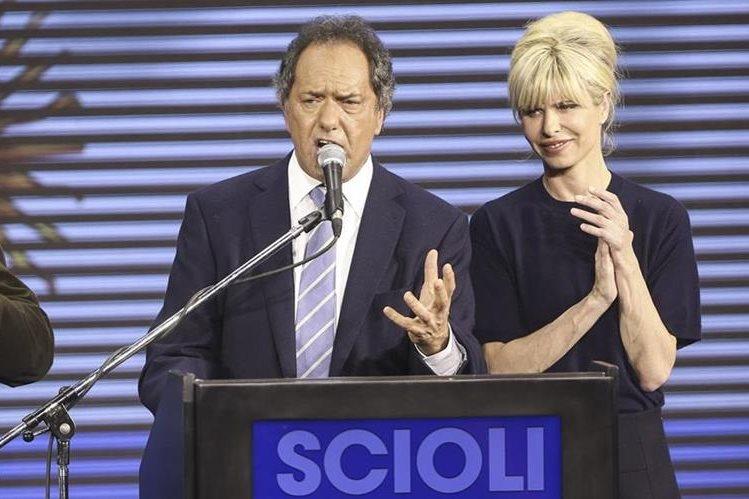 Daniel Scioli y a su esposa, Karina Rabolini, durante un discurso. (Foto Prensa Libre: AFP).