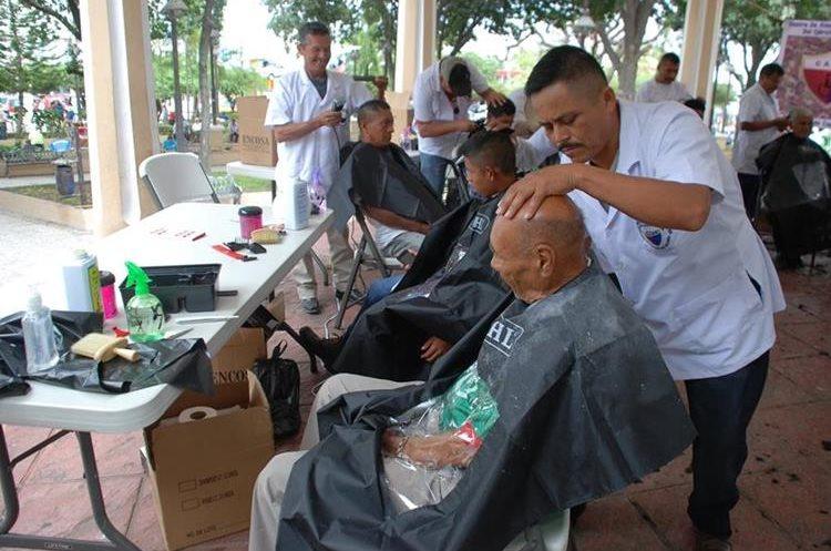Varios vecinos aprovecharon la jornada gratuita y acudieron a cortarse el cabello en el parque Ismael Cerna de Chiquimula.