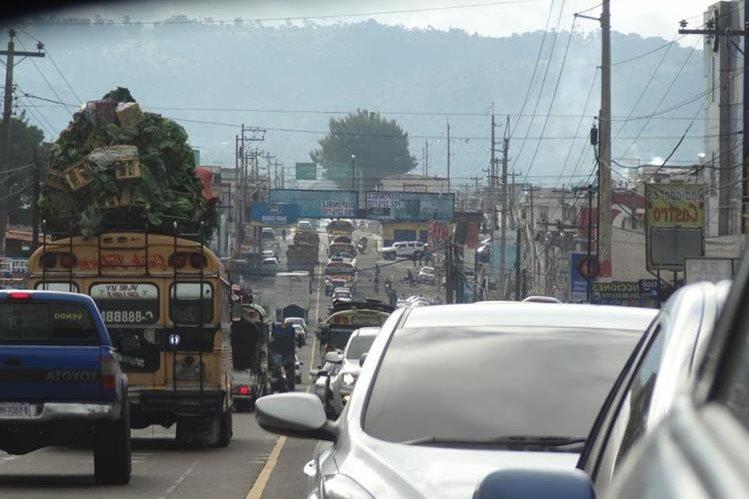 La circulación de vehículos es lenta en Chimaltenango y El Tejar pese a que hay asueto a escala nacional. (Foto Prensa Libre: Antonio Ixcot)
