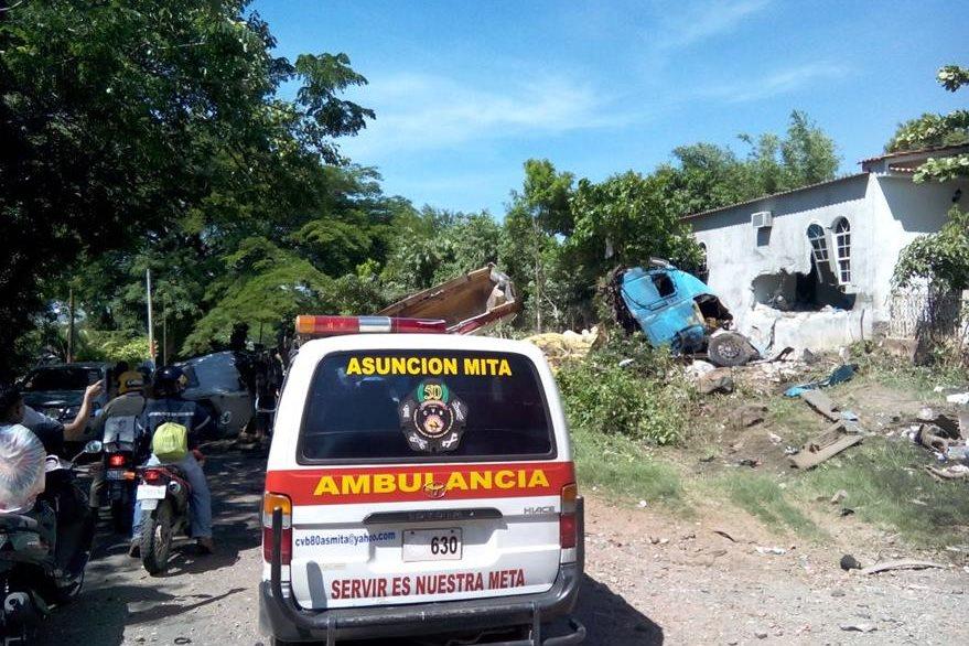 Socorristas acuden al lugar del accidente, en el km 145 de la ruta a El Salvador, Asunción Mita, Jutiapa. (Foto Prensa Libre: Óscar González)