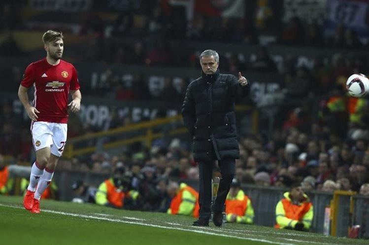 José Mourinho observa a Luke Shaw antes de ser expulsado de la cancha. (Foto Prensa Libre: AP)