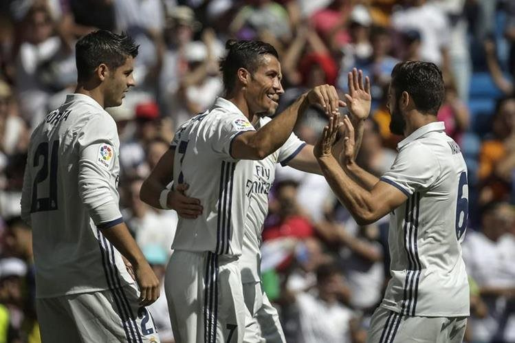 Cristiano Ronaldo festeja con sus compañeros, después de marcar un gol frente a Osasuna. (Foto Prensa Libre: EFE)