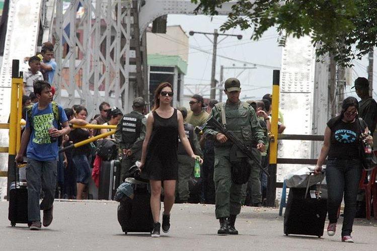 "<em><span class=""hps"">Colombianos</span> <span class=""hps"">deportados por</span> <span class=""hps"">Venezuela</span> <span class=""hps"">esperan</span> <span class=""hps"">para cruzar</span> <span class=""hps"">la frontera en</span> <span class=""hps"">La Fría</span><span>,</span> <span class=""hps"">estado Táchira</span><span>.</span></em>"