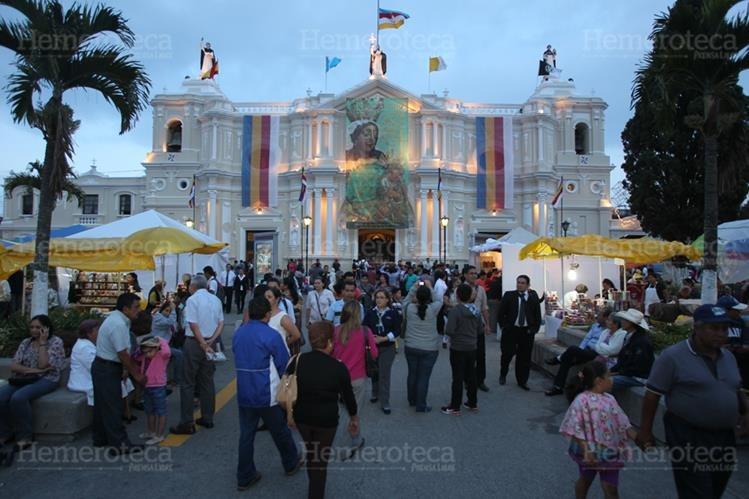 Guatemaltecos llegan al templo de Santo Domingo a visitar a la Virgen del Rosario. (Foto: Hemeroteca PL)