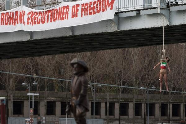Activista protesta contra la visita de Rohaní a París.