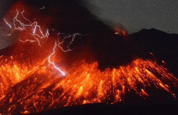 """<span class=""""hps"""">Los rayos</span> <span class=""""hps"""">caen sobre</span><span class=""""hps""""> lava que fluye</span> <span class=""""hps"""">del volcán</span> <span class=""""hps"""">Sakurajima</span><span>,</span> <span class=""""hps"""">en el sur de</span> <span class=""""hps"""">Japón.</span>"""