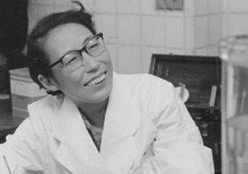 Utako Okamoto nació en Tokio en 1918. Esta foto fue tomada en su laboratorio en 1961. (Familia Okamoto)