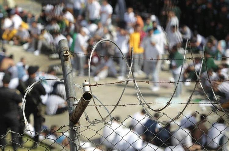 Requisa se realizó en medio de daños ocasionados por los internos a las instalaciones del correccional. (Foto Prensa Libre: Carlos Hernández)
