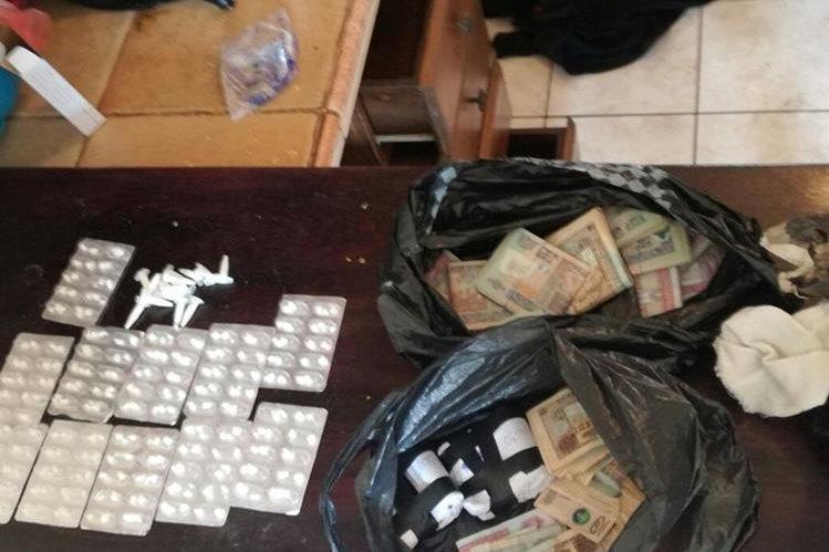 Drogas y dinero en efectivo se le incautó a un presunto pandillero del Barrio 18 en Villa Nueva. (Foto Prensa Libre: MP)