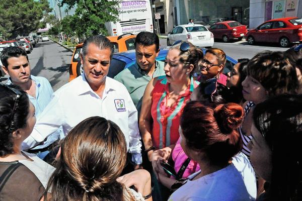 El candidato independiente a gobernador por el estado mexicano de Nuevo León, Jaime Rodríguez, conversa con simpatizantes. (Foto Prensa Libre:EFE).