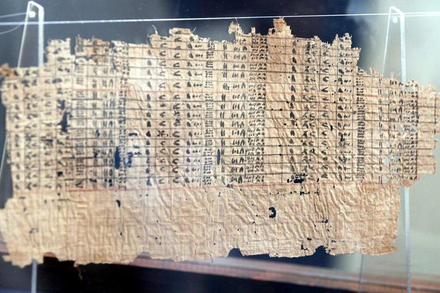 """Detalle del papiro del rey Yufu, como parte de la exposición """"Los papiros de Jofu de Wadi al Yarf"""". (Foto Prensa Libre: EFE)."""