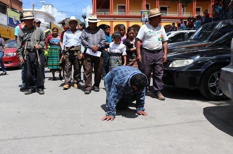 Samuel Osorio caminó de rodillas como parte del castigo comunitario que le aplicaron en Santa Cruz del Quiché. (Foto Prensa Libre: Héctor Cordero)