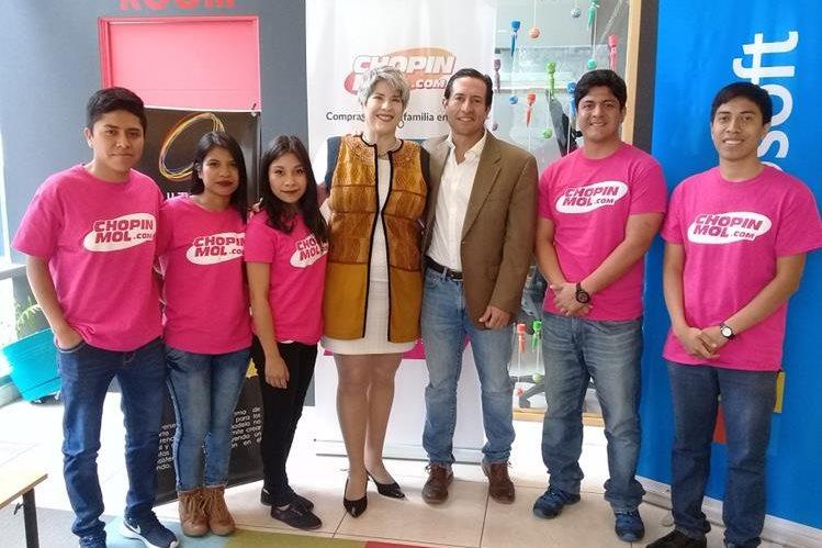 Creadores de Chopinmal.com junto con colaboradores del proyecto. (Foto Prensa Libre: Cortesía)