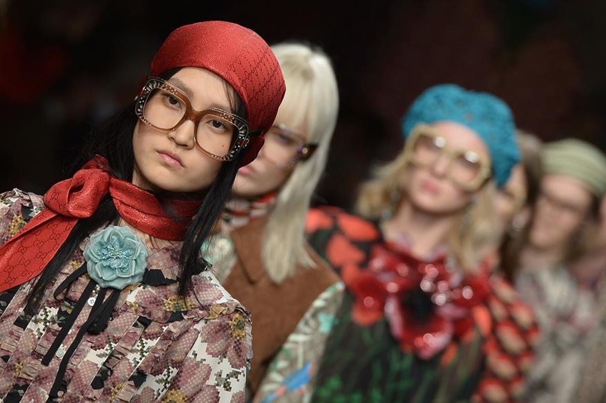 Los pañuelos de seda al cuello, la característica principal en el desfile de moda de Gucci. (Foto Prensa Libre: AFP).