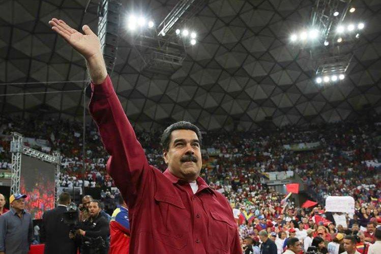 Fotografía cedida por la oficina de prensa del Palacio de Miraflores, del presidente de Venezuela, Nicolás Maduro (c), durante un acto de gobierno este martes. (Foto Prensa Libre: EFE)