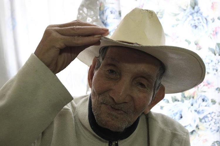 Guillermo Moscoso tiene más de 90 años.(Prensa Libre: Carlos Ovalle.)