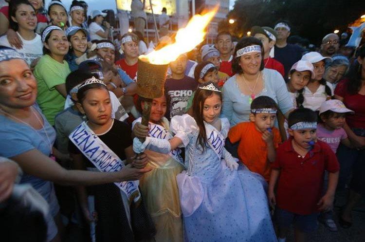 Cada 13 y 14 de septiembre, miles de niños y jóvenes llevan la antorcha con el fuego patrio. (Foto Prensa Libre: Hemeroteca PL)