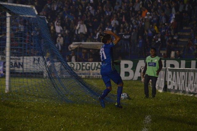 Cobán Imperial con un penal salva el empate de local contra los venados. (Prensa Libre: Eduardo Sam)