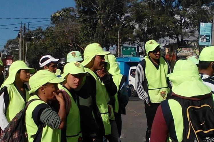 Algunos de los manifestantes del programa Limpia y Verde que suspendieron labores por la falta de pago. (Foto Prensa Libre: Cortesía).