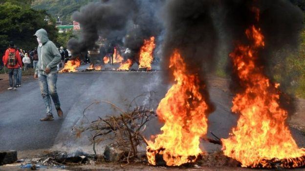 Las protestas se tornaron violentas con el paso de los días y la falta de un resultado. (AFP).