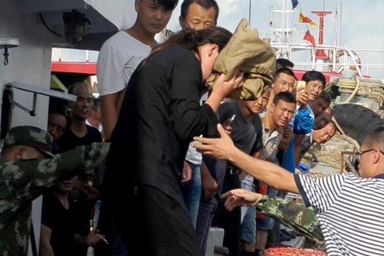 La sobreviviente fue fotografiada por varios medios a su llegada al puerto. (Foto Twitter/@gbtimescom).