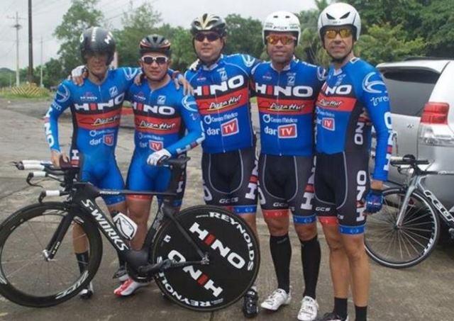 Gularte -primero de derecha a izquierda- era corredor en la categoría Master del equipo Hino -Pizza Hut. (Foto Prensa Libre: Tomada de Facebook)